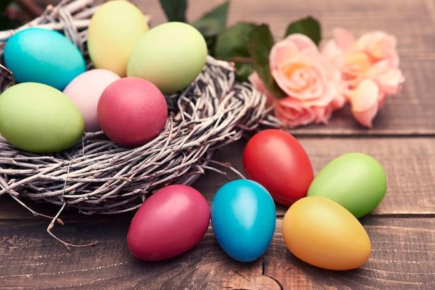 Mehrfarbige eier auf den braunen brettern Kostenlose Fotos