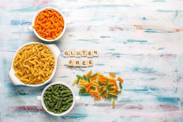 Mehrfarbige glutenfreie gemüse-fusilli-nudeln. Kostenlose Fotos
