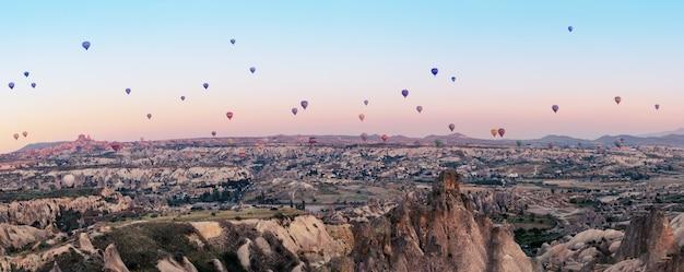 Mehrfarbige luftballons über dem tal von göreme im morgengrauen Premium Fotos