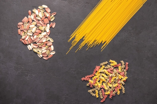 Mehrfarbige makkaroni-spaghetti Premium Fotos