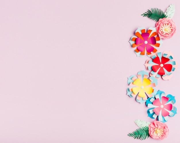 Mehrfarbige papierfrühlingsblumen mit kopienraum Kostenlose Fotos