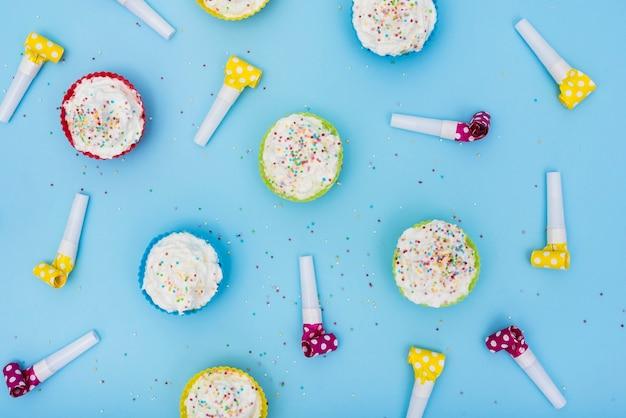 Mehrfarbige partyhörner und -kleine kuchen Kostenlose Fotos