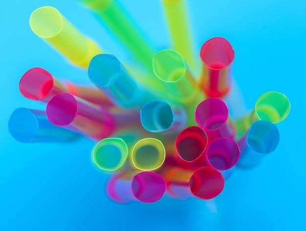 Mehrfarbige plastikröhrchen für einen cocktail Premium Fotos