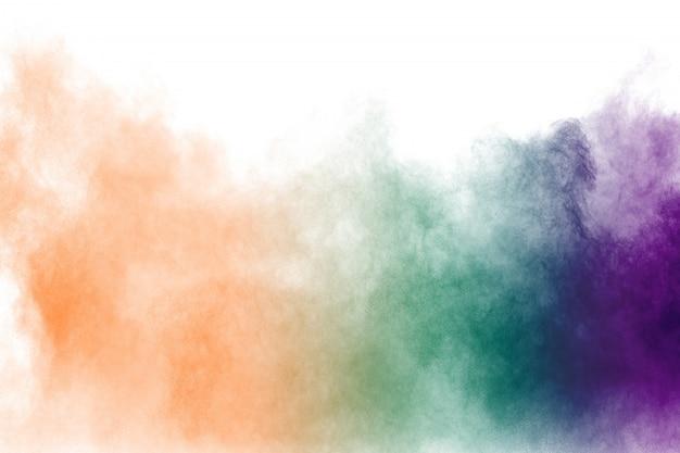 Mehrfarbige pulverexplosion auf weißem hintergrund. Premium Fotos