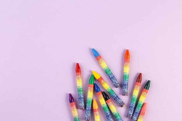 Mehrfarbige wachsmalstifte auf papier Premium Fotos