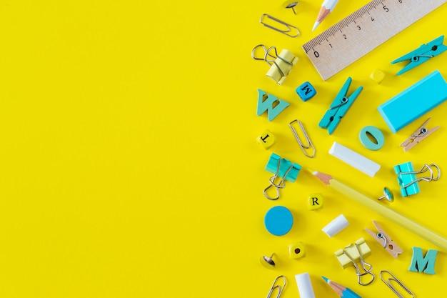 Mehrfarbiger schulbedarf auf gelbem hintergrund mit kopienraum Premium Fotos