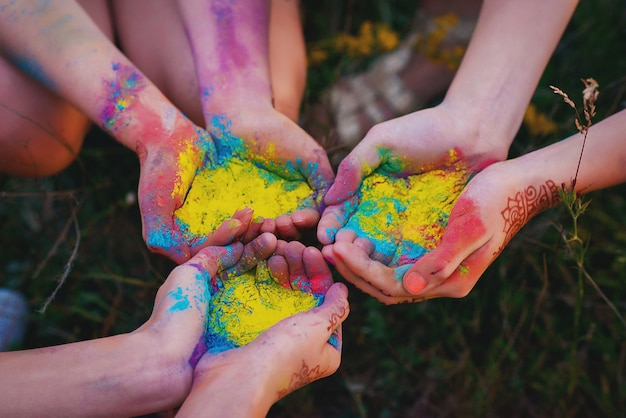 Mehrfarbiges farbpulver in den händen beim holly festival. regenbogen. Premium Fotos