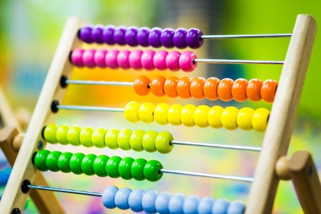Mehrfarbiges spielzeug aus holz für kinder. umweltfreundliches entwicklungsspielzeug Premium Fotos