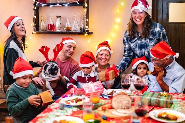 Mehrgenerationenfamilie, die spaß am weihnachtsessenfest hat Premium Fotos