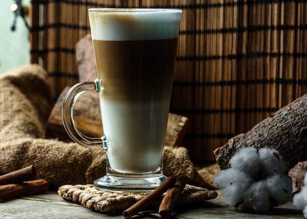 Mehrschichtiges kaffeegetränk im glas Kostenlose Fotos