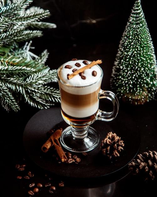 Mehrschichtiges kaffeegetränk mit bohnen Kostenlose Fotos