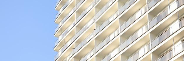 Mehrstöckige konstruktion gegen blauen himmel Premium Fotos