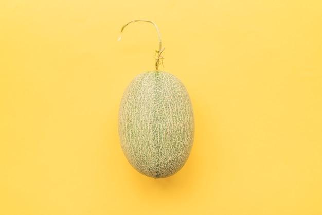 Melone auf gelbem hintergrund Kostenlose Fotos