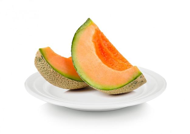 Melone melone in weißer platte auf weißem raum Premium Fotos
