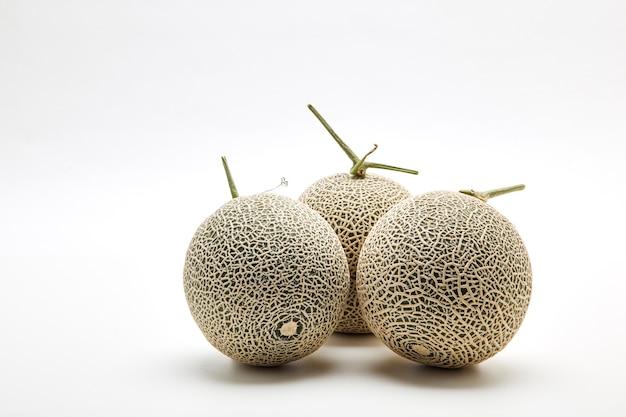 Melone mit drei kantalupen auf weiß Premium Fotos