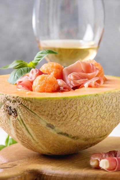 Melonen-schinken-salat Premium Fotos