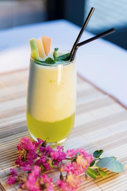 Melonensaft; cantaloupe-saft auf tisch; thailändischer gesunder saft; thailändisches gesundes essen. Premium Fotos
