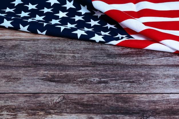 Memorial day mit amerikanischer flagge und blume auf hölzernem hintergrund Premium Fotos