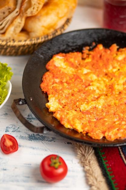Menemen, omlette des türkischen frühstücks mit zwiebel und tomaten Kostenlose Fotos