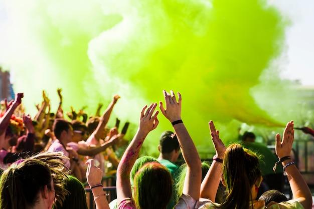 Menge, die in der holi feier applaudiert Kostenlose Fotos
