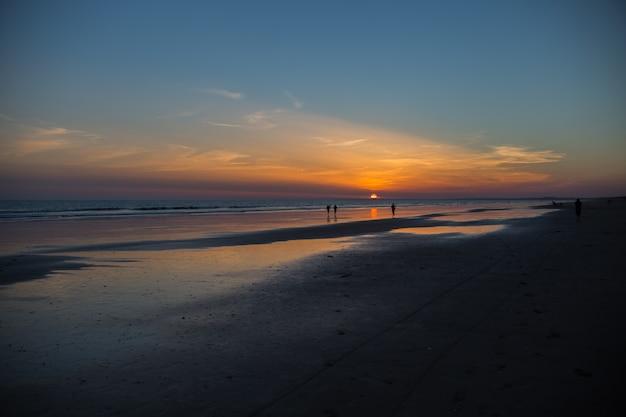 Menschen bei sonnenuntergang Kostenlose Fotos