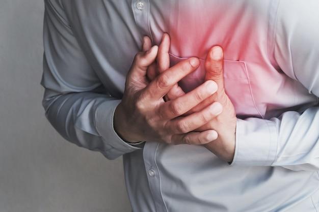 Menschen brustschmerzen durch herzinfarkt Premium Fotos