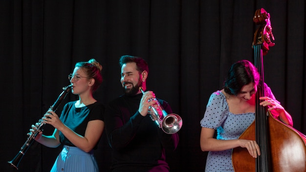 Menschen, die gemeinsam den jazz-tag feiern Premium Fotos