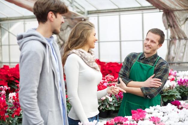 Menschen, die in einer gärtnerei arbeiten Premium Fotos