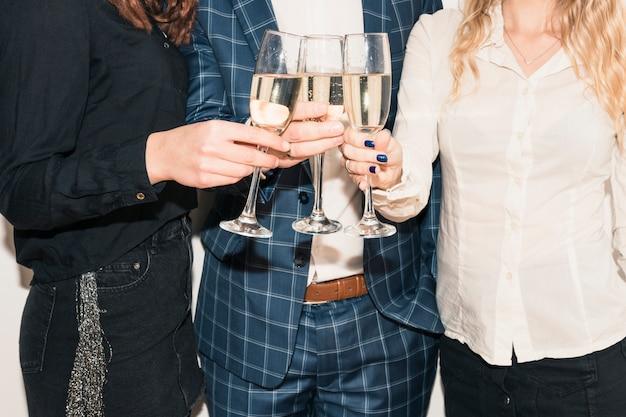Menschen klatschen champagnergläser Kostenlose Fotos