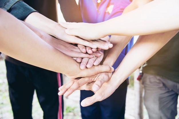 Menschen schließen sich hand während ihrer arbeit - menschliches verpflichtungskonzept an Kostenlose Fotos