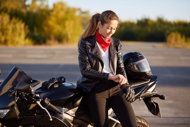 Leder bikerinnen in Motorradjacke für
