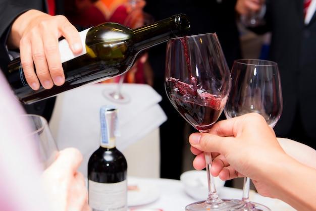 Menschen trinken wein genießen bis in die nacht, geschäftsleute feiern feier Premium Fotos