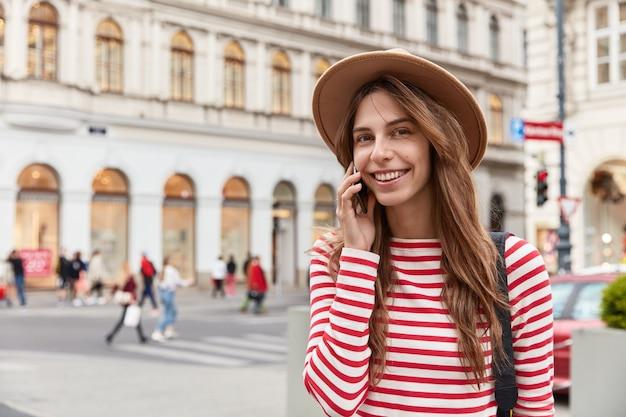 Menschen- und erholungskonzept. schöne junge kaukasische frau kommuniziert mit freund auf modernem handy Kostenlose Fotos