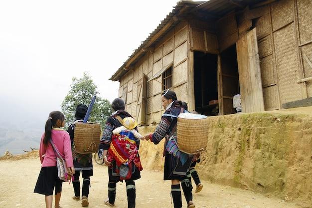 Menschen und kinder aus sapa, gebirgiges gebiet im norden vietnams in ihrem täglichen leben. Premium Fotos