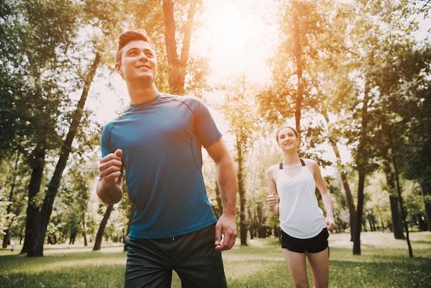 Menschen von athleten läuft in green park Premium Fotos