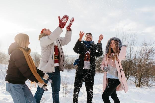 Menschen werfen schnee in der luft Kostenlose Fotos