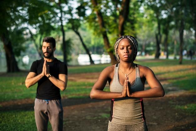 Menschen yoga in einem park Kostenlose Fotos