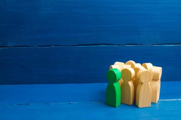 Menschenmenge, treffen, soziale aktivität. gruppenfiguren. gesellschaft, soziale gruppe. herdentrieb Premium Fotos