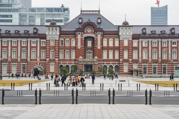 Menschenmenge unbestimmte menschen, die tokyo station und marunouchi mit dem autoverkehr besuchen und genießen Premium Fotos
