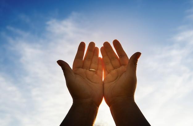 Menschliche hände öffnen die anbetung. eucharistie-therapie segne gott, der hilft, buße zu tun. christliches religionskonzept. Premium Fotos