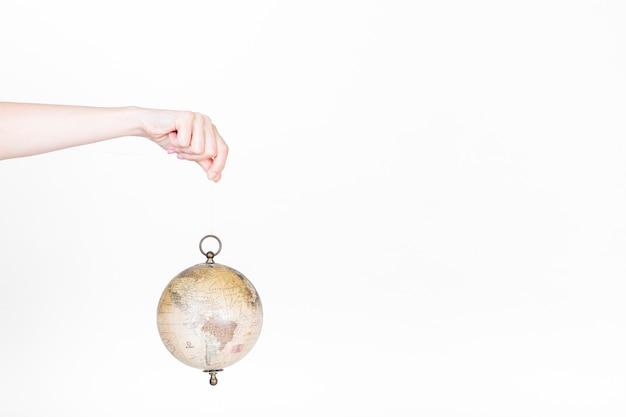 Menschliche hand, die kugelpendel hält Kostenlose Fotos