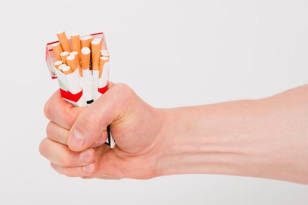 Menschliche hand, die päckchen zigaretten hält Premium Fotos