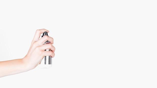 Menschliche hand, die spraydose über weißem hintergrund hält Kostenlose Fotos