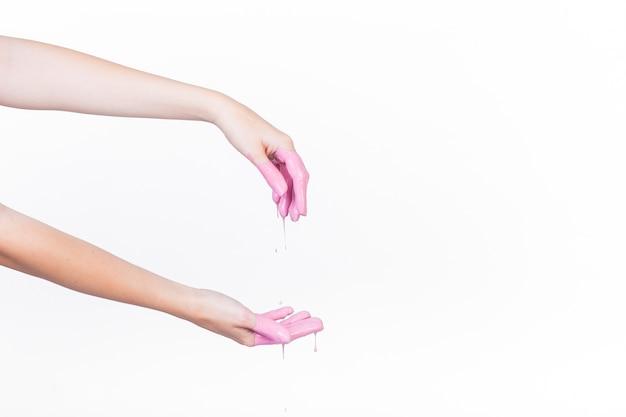 Menschliche hand mit tropfender rosa farbe Kostenlose Fotos