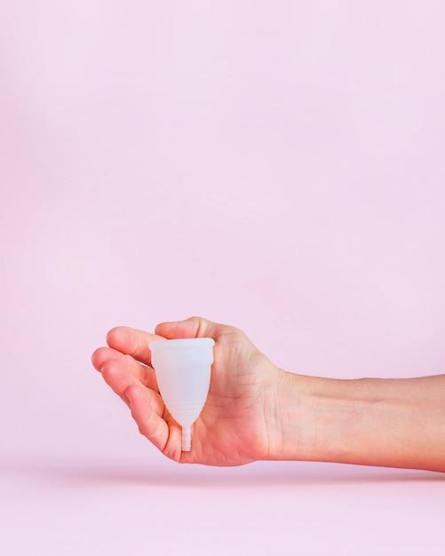 Menstruationstasse auf rosa b Premium Fotos