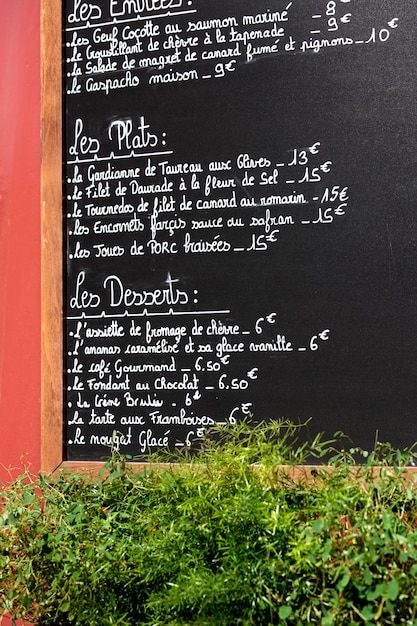 Menüleiste an der außenwand eines restaurants in paris. Kostenlose Fotos