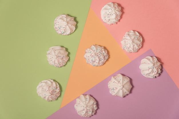 Meringues auf hellem pastellhintergrund. Premium Fotos