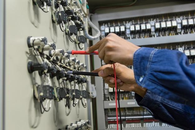 Messende spannung des elektrikeringenieur-arbeitstesters. Premium Fotos