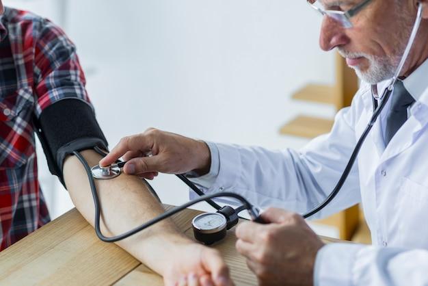 Messender blutdruck des bärtigen doktors Kostenlose Fotos