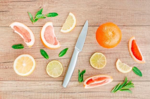Messer unter früchten auf dem tisch Kostenlose Fotos